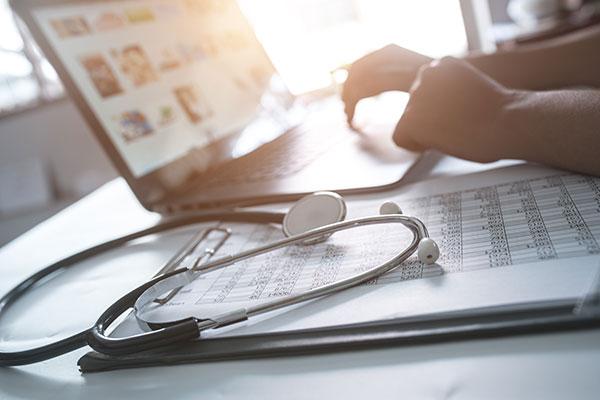 Doctor buscando en Asesoría Médica Integral (AMI) el resultado del pago de sus honorarios médicos